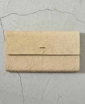 パっと見ると紙でできたように見えるシワ加工が素敵な「irose(イロセ)」の長財布。ベージュ系のライトブラウン、グレー、ブラックの落ち着いた色展開も大人にぴったり。