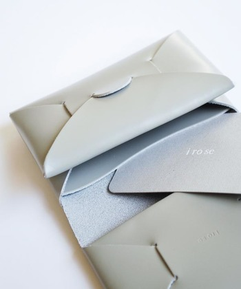 小銭入れには仕切りが付いており、反対側にはもう1つポケットと切り込みで仕分けができるように作られているので、小さくても収納力はバッチリ!同じシリーズで出されているカードケースをゴムで挟んでまとめればさらに使い勝手もアップ。色んな使い方を楽しみたいと思わせてくれるお財布です。
