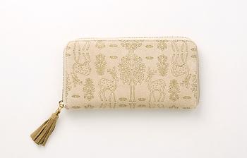 シンプルなお財布も素敵だけど、自分だけのモノ感がアップするちょっぴり個性的なものも素敵。「遊 中川」のお財布は、豚革のスエードにオリジナルの模様を手染した生地を使用した長財布。