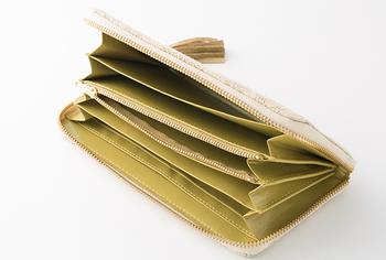 マチありポケットとマチなしポケット、合わせて6個のポケットだけでなく、カードポケットは12個とかなりの大容量。お札やレシート、カード類などをキレイに仕分けすることもできます。