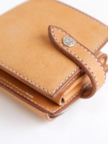 イタリア製カウレザーを使用した「Dove&Olive(ダブ&オリーブ)」のシンプルな2つ折り財布。画像下側のファスナー部分は、財布の外側についた小銭入れとなっており、使い勝手もデザインも◎