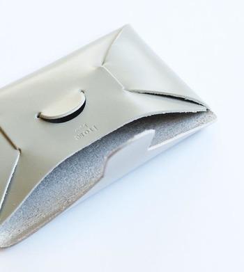 贈る相手がどんな男性でも社会人なら名刺ケースの使用シーンは多いのでは?縫製せずに仕立てるiroseの「SEAMLESS」シリーズは、ユニークなフォルムとMade in Japanのクオリティを、きっと喜んでもらえるはず!(\4,320(税込))