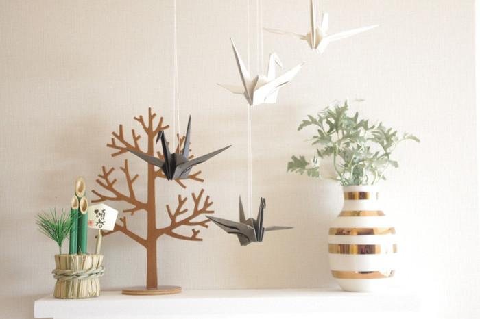 同じ鶴でも、白とグレーの折り紙で作ると北欧風のインテリアにもマッチします。背中に白い糸を通して吊るすだけなので、手軽にできるのが良いですね。お子さんと一緒に折って飾るのも楽しそう。