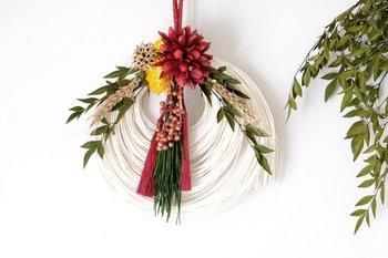 丸形の真っ白なラタンが印象的なしめ縄飾り。シックなグリーンや赤の飾りがより一層キレイに見えますね。清潔感もあり、新年にぴったりなお飾り。