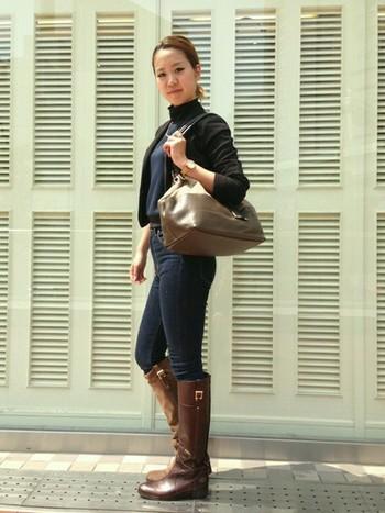 こちらはシックな配色でまとめた大人っぽい着こなしです。クラシカルで上品なデザインと、深みのあるブラウンがおしゃれなロングブーツですね。バッグとブーツを同系色で合わせると、コーディネートに統一感が生まれます。