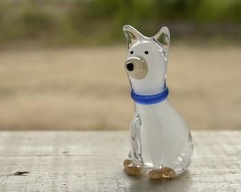 キュートな表情がたまらない犬の置物。こちらはガラス製で、キラキラした気泡が特徴。真っ白な中に青い首輪が印象的ですね。玄関に飾っておけば、毎日が笑顔になれそう。