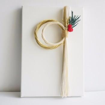 しめ縄飾りの定番、稲穂・松・南天など縁起の良いモチーフを使っていますが、形が個性的でイマドキ感を楽しめるアイテムです。白いキャンバスに縫い付けてあるので、棚に立てかけて飾ることができます。ドアを開けた時にぱっと目に入るお正月飾りは、お客さまを迎えるのにもぴったりですね。
