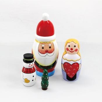クリスマスにちなんだ愛らしい子たちが集まったマトリョーシカ。写真のように全部まとめて並べても可愛いですしバラバラにちょっとしたスペースを利用して飾ってもお家の中のあちこちでクリスマスを感じられますね。しまう時も全部がサンタさんの中に入ってしまうのでコンパクトに収納できます。