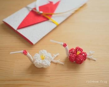 喜びの象徴「梅」と長寿の象徴「鶴」をあしらった水引の箸置き。お正月にいらっしゃるお客さまにお出ししたら、一緒に新年の喜びを共有できるのではないでしょうか?大きなお正月飾りは飾れないけれど、小物でお正月らしさを感じたいという方にもおすすめです。