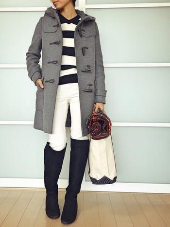 こちらは白パンツをブーツインした大人の爽やかコーデ。全身モノトーンのクールな配色ですが、ダッフルコート×ボーダートップスで大人可愛い雰囲気に。ブーツインスタイルをリッチにグレードアップする白パンツは、冬こそぜひ取り入れたいアイテムです。