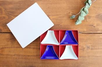 鮮やかな色がきれいな青と、すっきりシンプルな白の2色の豆皿で富士山の形でお正月の食事を彩ってみてはいかがでしょうか?お醤油や薬味などを入れると、お皿の色が映えてよりキレイに。つややかな質感も華やかさをプラスしてくれます。