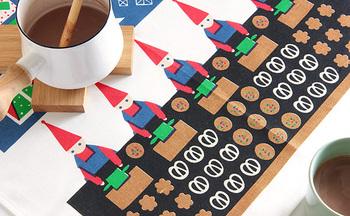同じくアルメダールスの別のクリスマス柄はトムテ(妖精)が一生懸命お菓子を作っているデザイン。テーブルマットとして使ってもダイニングテーブルのかわいいアクセントに。