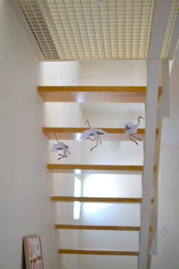 """昔から、鶴は千年といわれ""""長寿を象徴する鳥""""とされてきました。また、つがいで長く過ごすことから「夫婦円満」の象徴とも言われています。お正月に鶴を飾って、長寿や夫婦円満を願ってみてはいかがでしょうか?  動きのある鶴のモビールは、ゆらゆらと揺れてまるで飛んでいるよう。ほっこりと和みますね。"""