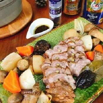 こちらのレシピでは豚バラ肉を塩麹パックするのがポイント。そうすることでお肉がしっとりと柔らかくなります。最後に入れるプルーンと紅茶でちょっぴり甘く香り高い仕上がりに。