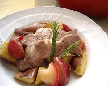 りんごを一緒に煮ることで豚肉も柔らかく仕上がるそうです。さつまいもとりんごの甘さが豚肉とよく合います。