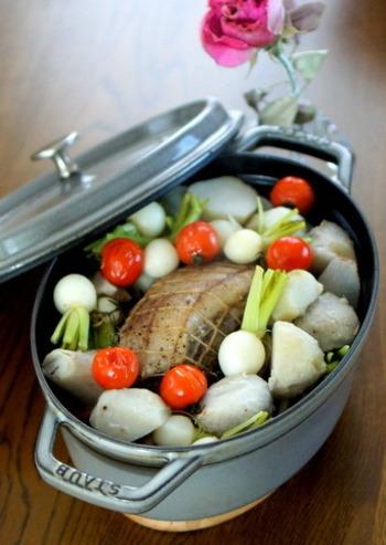 カブや里芋、レンコン、大根など旬の冬野菜をたっぷり入れたポットロースト。豚肉は3日間寝かせ、里芋は先に蒸すなど、ひと手間をかけることでさらに美味しくなります。