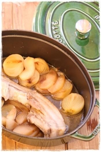 アメリカの定番家庭料理、ポットローストのレシピをご紹介しました。 時間はあるけど、手間ひまかけるのはめんどくさい…そんな日にはお鍋ひとつで簡単にできてとっても美味しいポットローストがおすすめですよ。ぜひチャレンジしてみてくださいね♪