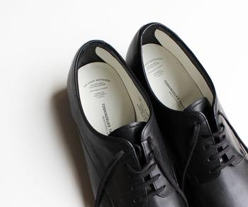 2010年にスタートしたこちらのブランドでは、女性の足をより美しく見せることを追求。デザインやディテール、日本女性の足に合う履きやすさなどにこだわりを持って制作されています。