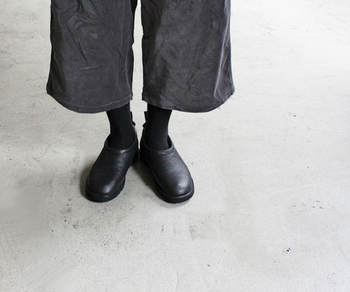 「BS-MOC」は、モックタイプのスリッポン。アッパーにイタリア製のしなやかなレザーが、靴の内側はあたたかいフェイクファーが使われています。 ほどよくまあるいフォルムで、かわいくもスタイリッシュにもコーデできるスリッポンですね。