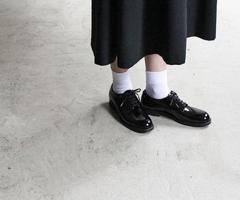 こちらは「SERVISCEMAN SHOES」、エナメルブラックというカラーです。日本人女性の足に合うよう、様々な工夫が施されており、この洗練されたスタイルのままずっと長く履き続けることができますよ。
