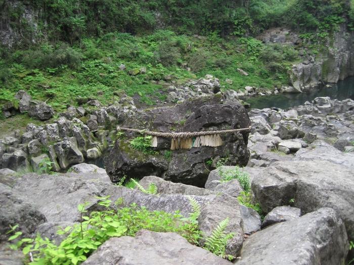 徒歩約20分ほどの場所にあるのが「鬼八の力石」。約200トンもの重さがある大きな石で、鬼八が力自慢した時に投げたという伝説の石です。