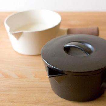 「4th-market」は、萬古焼(ばんこやき)の産地として有名な三重県四日市市で2005年に誕生しました。「山口陶器」「竹政製陶」「三鈴陶器」「南景製陶園」4つの窯元が集まってつくったブランドで、日常に溶け込むようなシンプルなアイテムを展開しています。「リコッタ」は、陶磁器のミルクパン。取っ手は木でできていますが、木と陶磁器をぴったり接着するのはとても難しいのだそう。窯元さんならではの技術力で、手間ひまかけて丁寧につくられています。