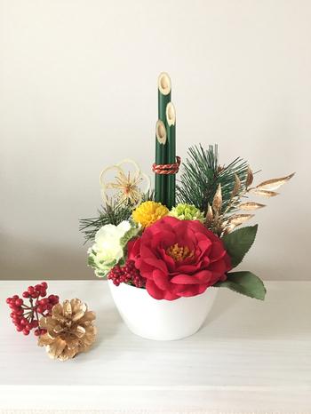 すっきりとまとめられた門松と共に飾られているのは、椿や葉ボタンなどお正月らしい花々。 こんな小さめのサイズなら、玄関のちょっとしたスペースに飾りやすいですね。