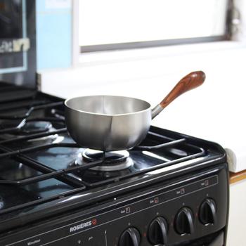 持ち手はカシの木でつくられていて、厚みがあり持ちやすいのが特徴です。両方に注ぎ口がついていますので、右利きでも左利きでも安心して使用できます。お味噌汁づくりから煮込み料理まで、幅広く活用できますよ♪