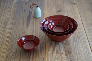 少し値が張るので汁椀としてそろえるのは…という方には、「はなはち」がおすすめ。いくつかサイズがあるので、おせち料理の何品かをこのお鉢に盛り付ければ、漆の重箱がなくても風格ある食卓に。