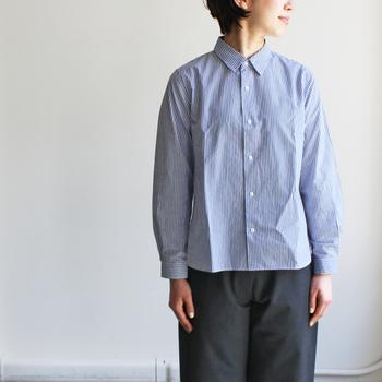 「コンフォートスタンダードシャツ」は、まさにベーシックなデザインで長く着続けられる定番シャツ。 スナップボタンがかわいらしいアクセントとなっていますね。 クローゼットに一枚は持っておきたい良質なシャツです♪
