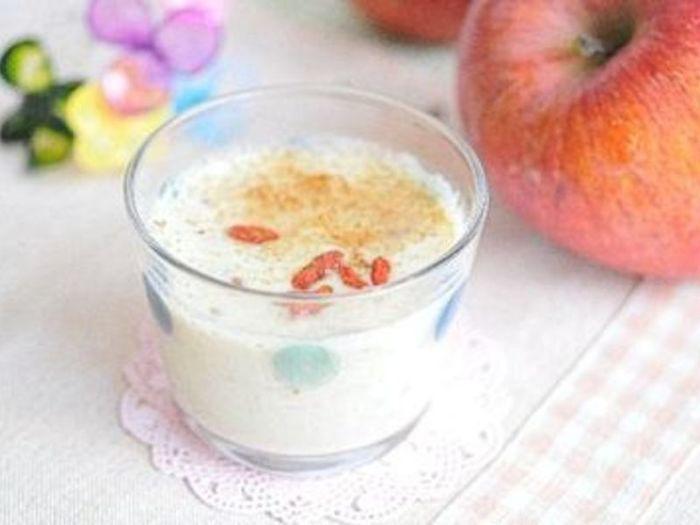 それだけでも美味しい甘酒豆乳ですが、すりおろしたリンゴやショウガに、くこの実やシナモンを加えて、より飲みやすくしたアップルジンジャー甘酒豆乳は、香りも良く心から癒されそう。