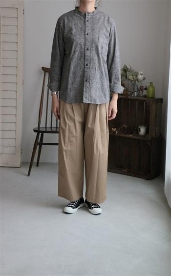 コットンリネンの立ち襟シャツ。細かなグレンチェックの複雑な陰影にヴィンテージな風合いが。