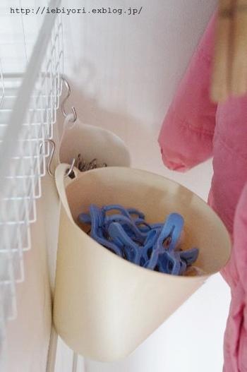 洗濯機付近でごちゃごちゃしがちな洗濯ばさみも、S字フックと小さなバケツをサイドにかければ立派にわかりやすく収納できます。