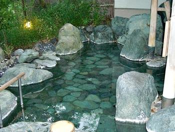 慶雲館には6つの湯があります。これらの湯には、美肌効果があるといわれる低張性アルカリ性高温泉が使われています。お風呂のお湯だけでなく、大浴場のシャワーや宿泊部屋のお風呂のお湯までもこの温泉なのだとか。西山温泉に浸かれば、お肌がすべすべするだけでなく、日ごろの疲れもすっきりリフレッシュできそうですね。
