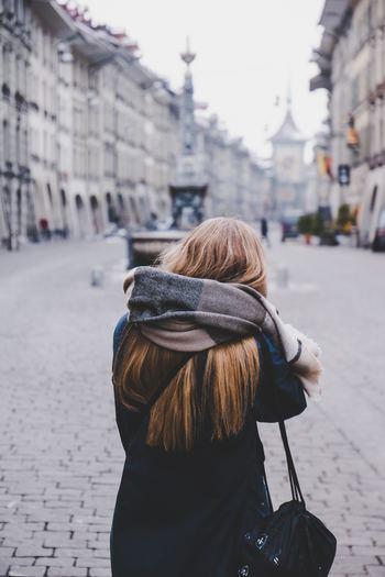 冬もいよいよ本番。寒さ対策やファッションとしてマフラーを巻く機会も多くなりますが、その時に気になるのはヘアスタイル。長い髪の毛が邪魔になったり、どんなアレンジをしたら良いかわからないという方も多いのではないでしょうか。そこで素敵なヘアスタイル&首回りのアレンジをご紹介。ぜひ参考にしてオシャレを楽しみましょう♪
