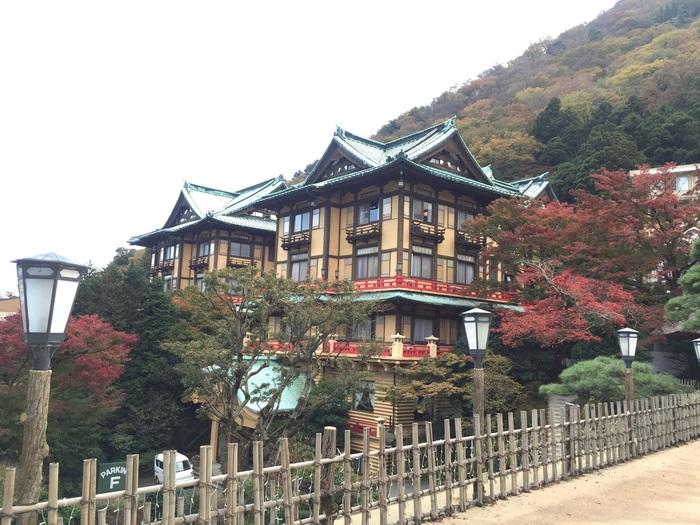 富士屋ホテル(ふじやほてる)は、観光地としても人気の箱根にあります。今から約140年前の明治11年に、日本初のリゾートホテルとして建設されました。社寺造りの建築様式が、周辺の自然と調和して美しい外観を誇っています。