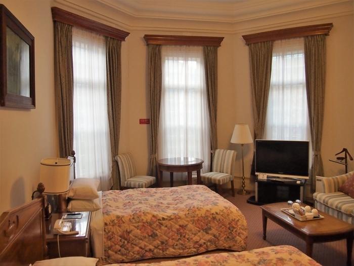 富士屋ホテルの魅力は、レトロな西洋文化を感じられるところ。かつて富士屋ホテルは、外国人が宿泊するためのホテルとして運営されていました。このため、宿泊部屋の内装も西洋式になっており、華やかな雰囲気を味わうことができるのです。現に、富士屋ホテルには、これまで教育家・ヘレンケラーや喜劇王・チャップリン、ミュージシャン・ジョンレノンなどの海外著名人が多く訪れています。