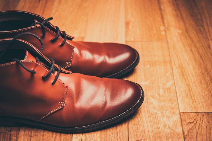 気がついたら革靴にカビが生えていた…という時は、風通しの良い場所でマスクをして乾いた布で表面や内側のカビを拭き取ります。次に靴用のカビ取り剤を違う布に吹き付け、靴を拭いていきます。その後は斜めに立てかけて乾燥させ、クリームや撥水スプレーを塗るお手入れをします。できるだけカビを生えさせないように、靴箱の換気もマメに行うのがおすすめですよ。