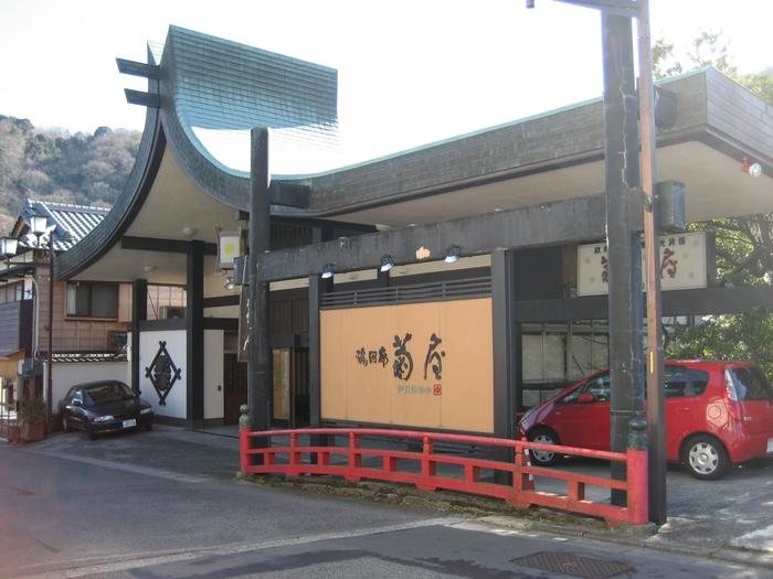 湯回廊 菊屋(ゆかいろう きくや)は、静岡県伊豆市の温泉地・修善寺温泉にある老舗宿です。創業から370年ほど経ちますが、リノベーションを通して今でも美しい景観を保っています。