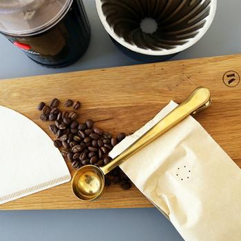 クリップなのにスプーンとしても活躍!コーヒー豆を量るのも、コーヒー豆の袋を留めるのも一つでできちゃうスグレモノ。なんだか得した気分になりそうですね♪