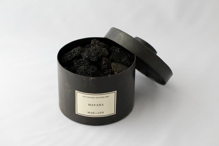 自然界から抽出した貴重な香りのエキスを溶岩石に染み込ませたポプリ。まだこの石炭のような姿を見たことが無ければ、溶岩がかもし出す存在感と美しさ、芳香の優しさにきっと心が酔いしれることでしょう。