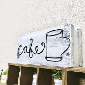 こちらのDIYアイディアは絵を描くようにワイヤーアートが楽しめます。セリアで売っている発泡スチロールブロックに固定させることで、初心者さんでも簡単キレイにワイヤーが差し込めるんです。あっという間に素敵なカフェボードのできあがり!