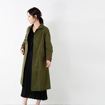 「TCウェザーパラフィンダスターコート」は、ゆったりした作りだけれど、すっきりスタイリッシュなスタイル。大きな襟、袖裏・ポケット裏に使われているコーデュロイ素材、経年変化も楽しめるパラフィン加工など、たくさんのこだわりが詰まった一枚です。