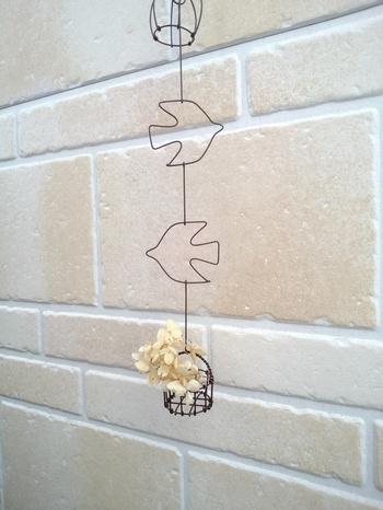 モチーフワイヤーにドライのお花をちょこんとディスプレイするアイディア。エアープランツはもちろん、ボタンやキャンディなどを入れてもアンティーク感が出てかわいいかも♪
