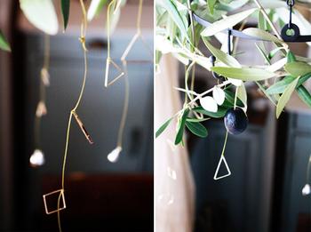 こちらはワイヤーを素材にしたハンギングのDIYアイディア。セリアのアクセサリー用の繊細なチャームを細めのワイヤーでつないでオーナメントを作っているところがポイント。