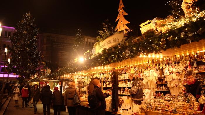 木造の家屋のような作りのヒュッテと呼ばれる出店では、ホットワインやホットチョコレート、簡単な食事やクリスマスのオーナメントなどが売られています。メリーゴーランドや観覧車なども設置され、出店はライトアップで飾られ、夜が長いドイツの冬場の楽しい風物詩です。宗教的な意味合いは違いますが、日本の歳の市のようなものですね。