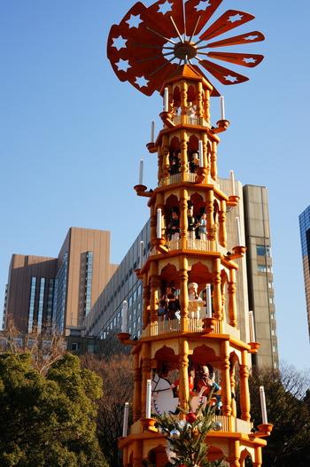 ドイツ・ザイフェン村からやってきた高さ14mの「クリスマスピラミッド」が、「東京クリスマスマーケット」のシンボルです。「クリスマスピラミッド」は、お家に飾るの小さな物もあり、ろうそくの上昇気流によってクルクル回る仕掛けだそうです。こちらはどうなっているのでしょう?
