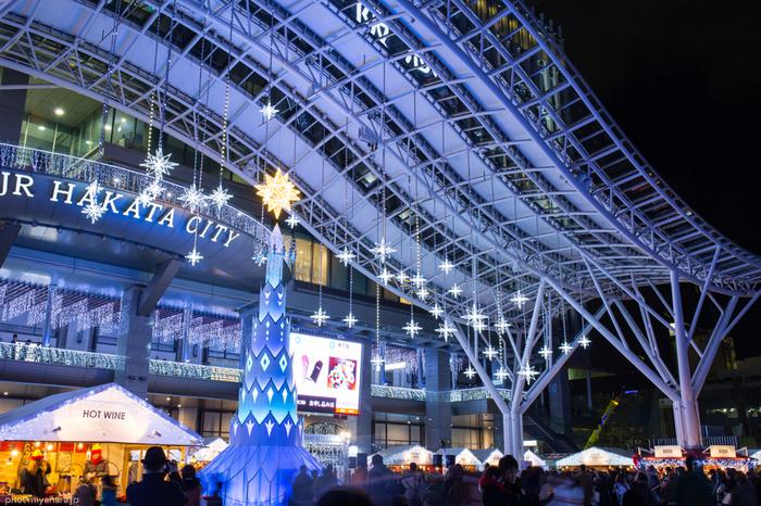 福岡クリスマスマーケットは、2013年から催されている博多駅前広場「クリスマスマーケット in 光の街・博多」と、2015年から催された市役所前ふれあい広場「TENJIN Christmas Market」の2か所で開催されます。 こちらは博多駅前広場、青いイルミネーションが美しいですね。