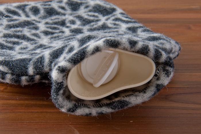 こちらは、日本人テキスタイルデザイナー「鈴木マサル」氏による羊がモチーフの湯たんぽ。本体は、ドイツの「FASHY(ファシー)」社のもので、ヨーロッパの安全基準をクリアしています。夏は、水枕としても使用OK。