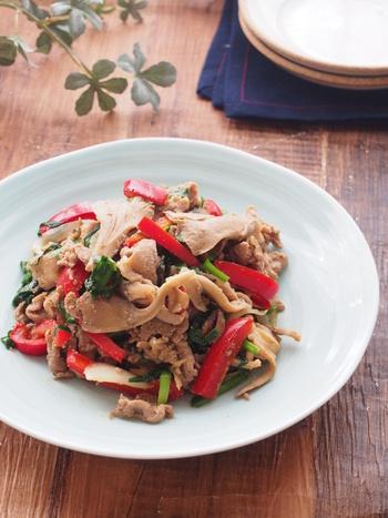 まずは、「炒める」だけで完成するレシピをご紹介。 韓国の肉料理の1つ、プルコギ風のおかずです。醤油とニンニクが効いた甘辛いソースがたまりません。事前に下味をつけるときは、味が染み込みやすいジッパータイプの保存袋を使うようにしましょう。こちらのレシピに関しては、豚肉と舞茸をくっつけるようにして味付けをすることもポイント。舞茸の酵素が働いて、炒めてもやわらかい豚肉に仕上がります。